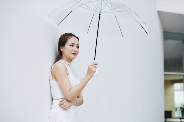 Mulher bonita com guarda-chuva