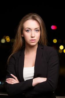 Mulher bonita com jaqueta preta