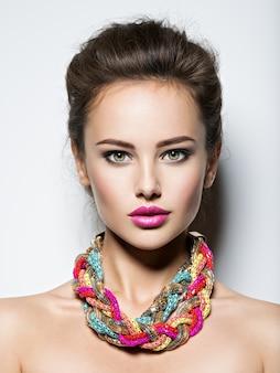 Mulher bonita com joias de maquiagem para noite e foto de moda beleza
