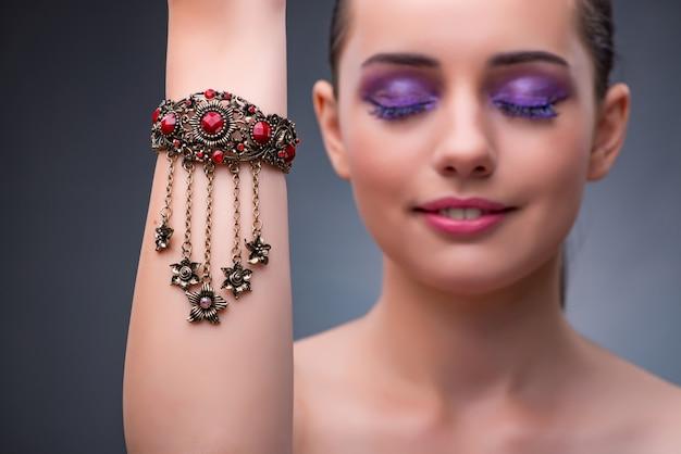 Mulher bonita com jóias no conceito de moda