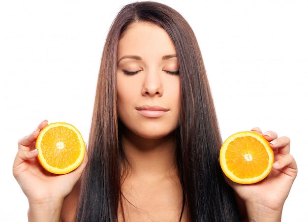Mulher bonita com laranja nas mãos