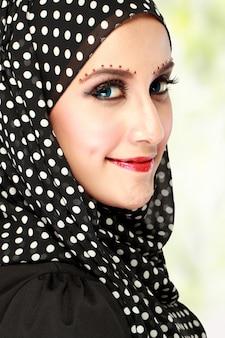 Mulher bonita com lenço preto