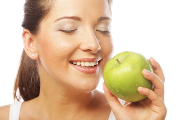 Mulher bonita com maçã verde