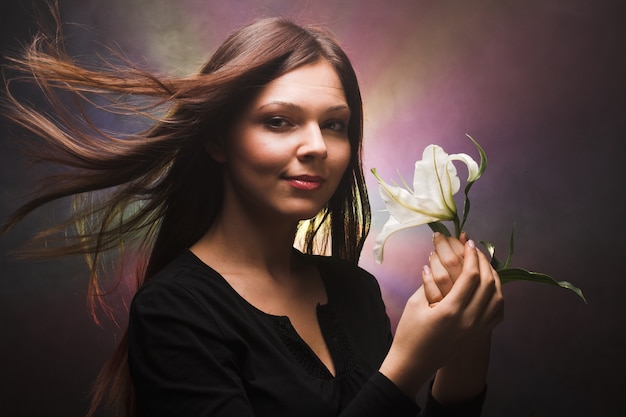 Mulher bonita com madonna lily