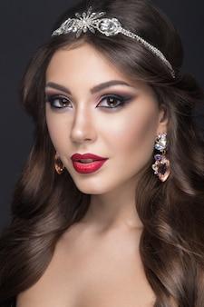Mulher bonita com maquiagem árabe, lábios vermelhos e cachos