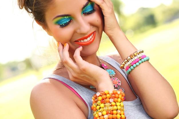 Mulher bonita com maquiagem artística