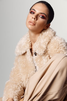 Mulher bonita com maquiagem brilhante aparência atraente outono closeup