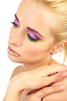 Mulher bonita com maquiagem brilhante