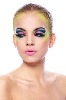Mulher bonita com maquiagem colorida
