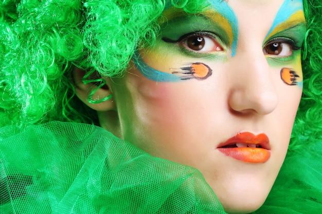Mulher bonita com maquiagem criativa