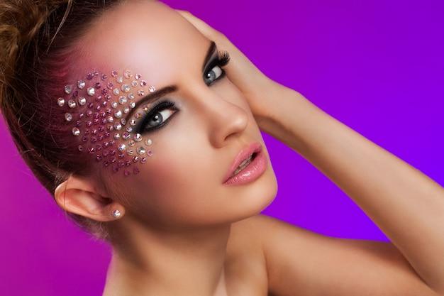 Mulher bonita com maquiagem de fantasia