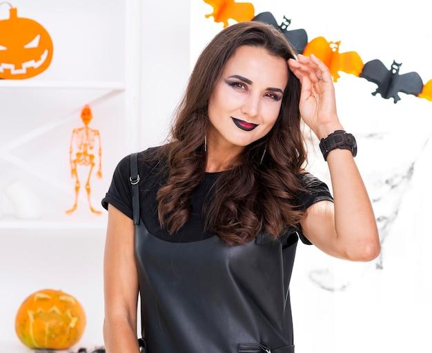 Mulher bonita com maquiagem de halloween