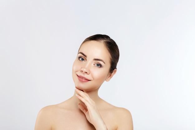 Mulher bonita com maquiagem de natureza. retrato da beleza do rosto feminino com pele natural. cuidados com a pele. cosmetologia, beleza e spa.