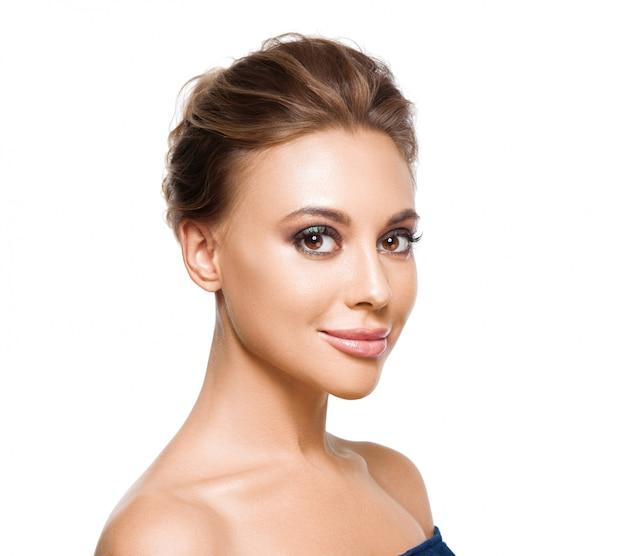 Mulher bonita com maquiagem de noite. foto de moda