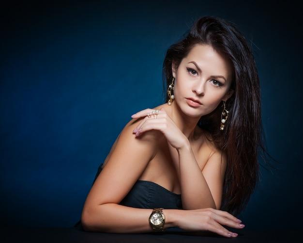 Mulher bonita com maquiagem de noite