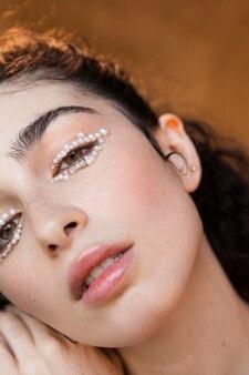 Mulher bonita com maquiagem de pérolas