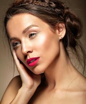 Mulher bonita com maquiagem diária fresca e lábios vermelhos
