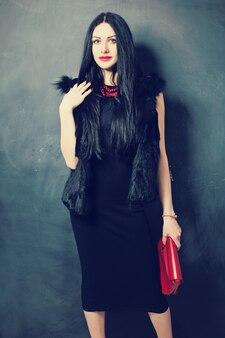 Mulher bonita com maquiagem e penteado da moda