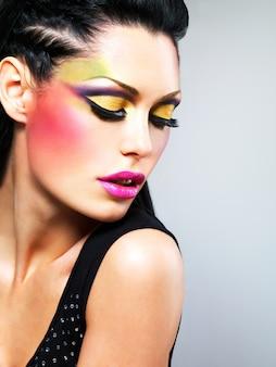 Mulher bonita com maquiagem fashion em poses de rosto