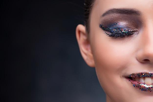 Mulher bonita com maquiagem legal
