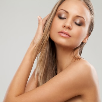 Mulher bonita com maquiagem natural