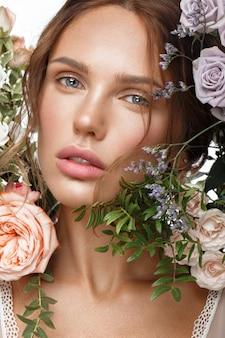 Mulher bonita com maquiagem nude clássica, penteado leve e flores, rosto de beleza