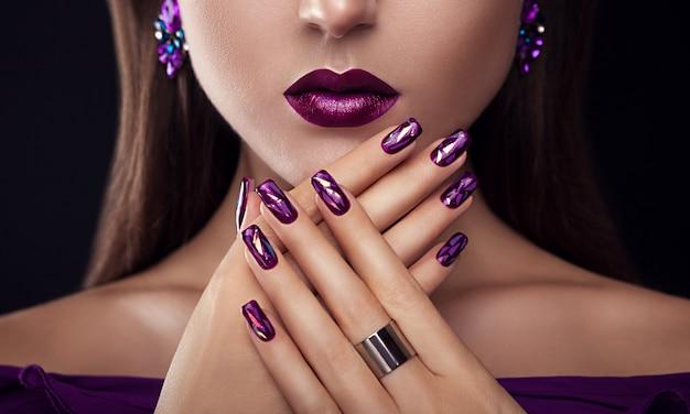 Mulher bonita com maquiagem perfeita e manicure usando jóias