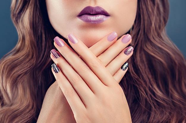 Mulher bonita com maquiagem perfeita e manicure.