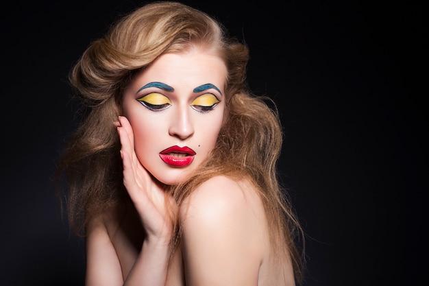 Mulher bonita com maquiagem pop-art