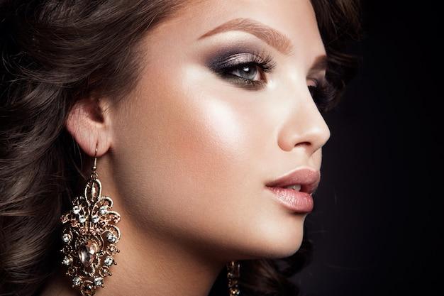Mulher bonita com maquiagem profissional