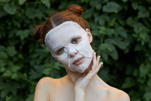 Mulher bonita com máscara anti-envelhecimento
