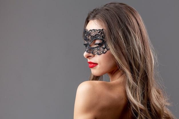 Mulher bonita com máscara de carnaval