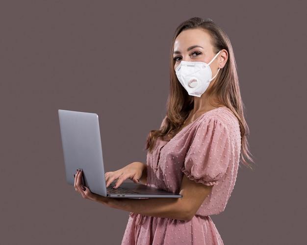 Mulher bonita com máscara facial em estúdio