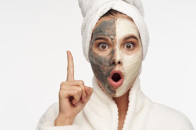 Mulher bonita com máscara facial limpa