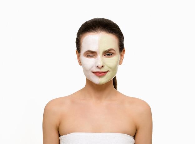 Mulher bonita com máscara facial no fundo branco