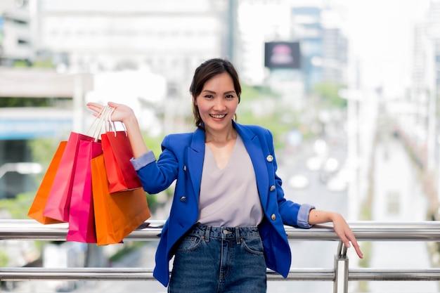 Mulher bonita com muitos sacos de compras