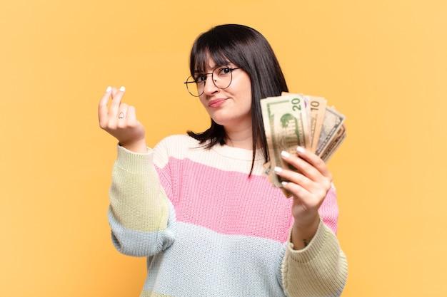 Mulher bonita com notas de dólar
