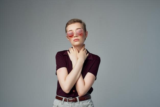 Mulher bonita com óculos de sol de fundo isolado
