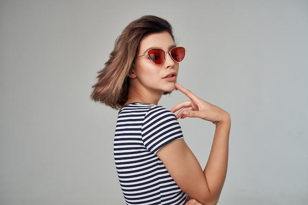 Mulher bonita com óculos posando no estúdio