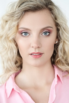Mulher bonita com olhos azuis