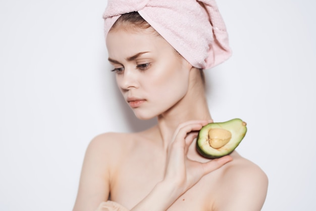 Mulher bonita com ombros nus e frutas exóticas em vista recortada