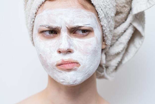Mulher bonita com ombros nus encanto máscara facial visão recortada da pele clara.