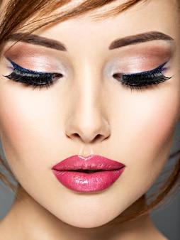 Mulher bonita com os olhos fechados. closeup rosto de uma garota incrível com lábios sensuais.