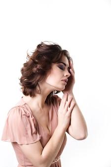 Mulher bonita com os olhos fechados. retrato elegante.