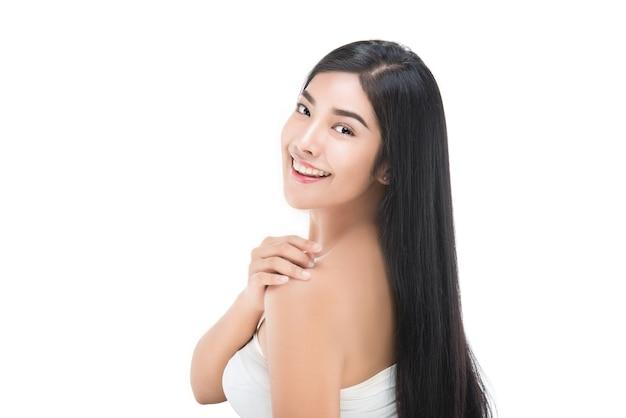 Mulher bonita com pele fresca limpa toque próprio rosto. tratamento facial, cosmetologia beleza