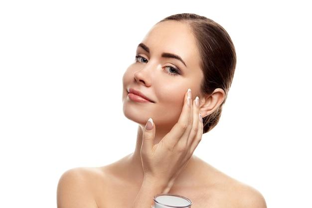 Mulher bonita com pele limpa. cuidados com a pele. cosméticos. tratamento facial. creme hidratante. cosmetologia, beleza e spa
