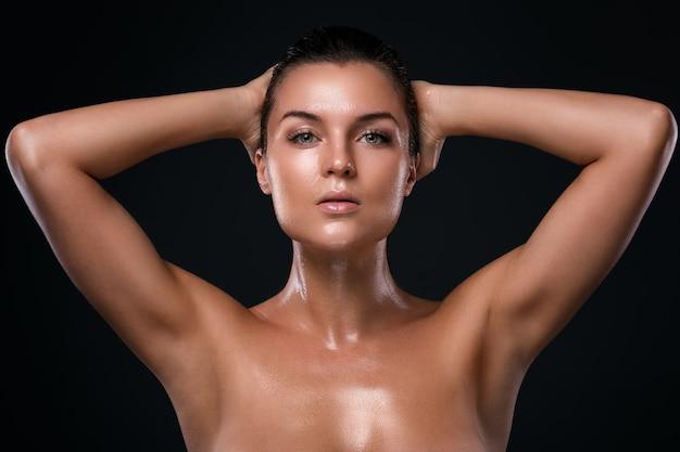 Mulher bonita com pele oleosa e molhada