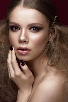 Mulher bonita, com pele perfeita e maquiagem de noite