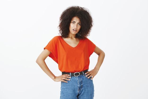 Mulher bonita com penteado afro posando no estúdio
