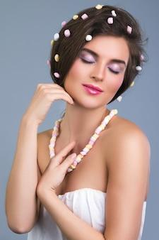 Mulher bonita com penteado criativo feito de marshmallow